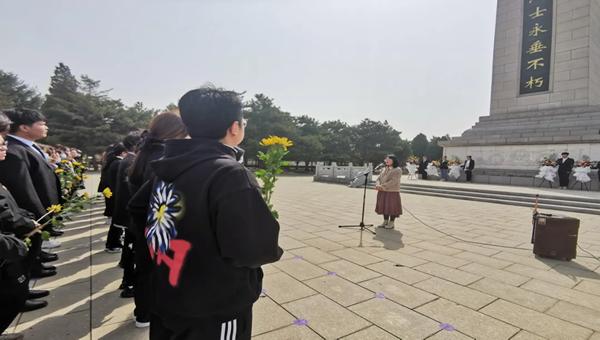 辽宁建筑职业学院:缅怀先烈,纪念碑前上好党史思政课