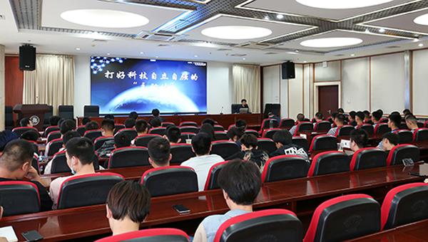 """北京工业职业技术学院校长安江英在形势与政策课上学生""""同频共振"""""""